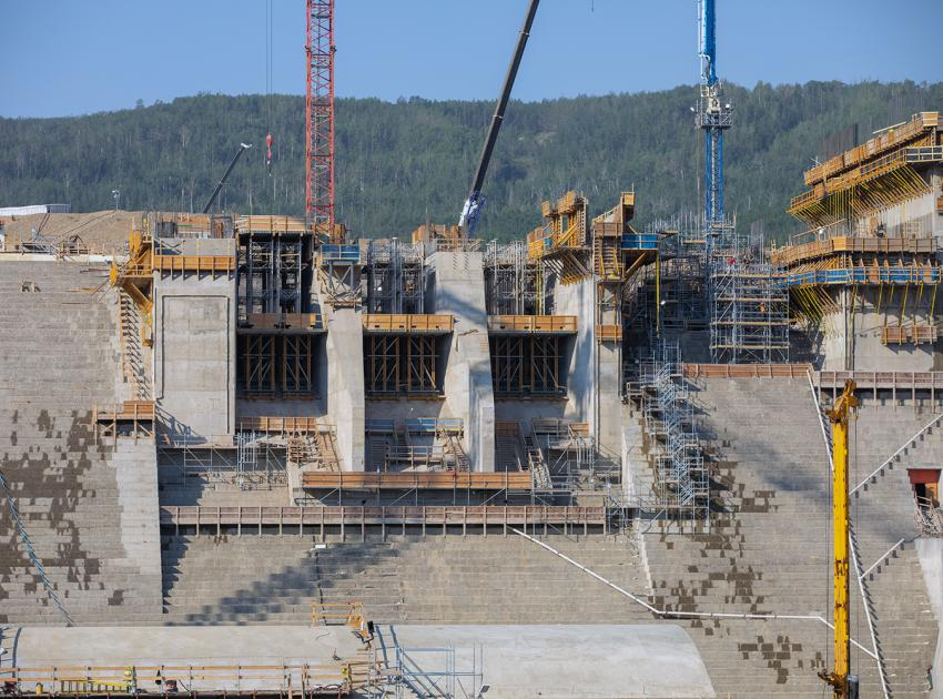 Construction progresses at the spillway headworks east low-level outlet gate. The spillway will allow the passage of large volumes of water from the reservoir into the river channel downstream. (July 2021)