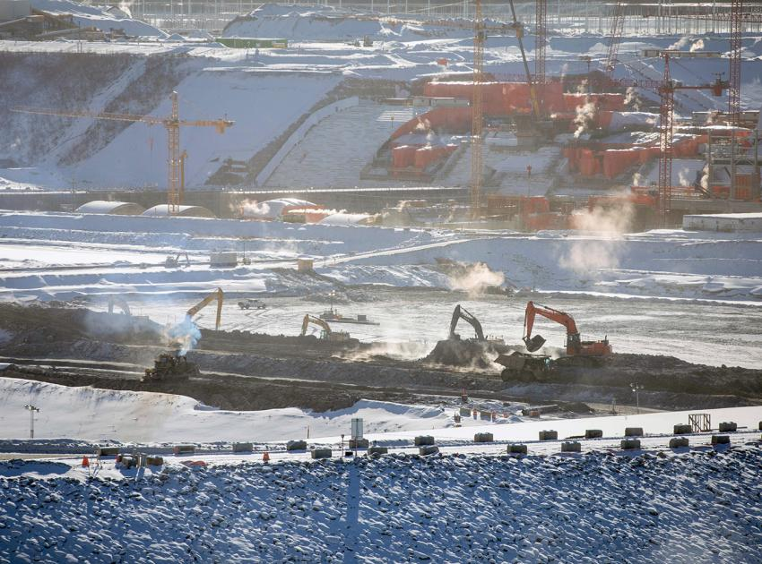 Removing material from between the downstream and upstream cofferdams. Both cofferdams completely seal off the Peace River so that work on the earthfill dam can begin. (February 2021)