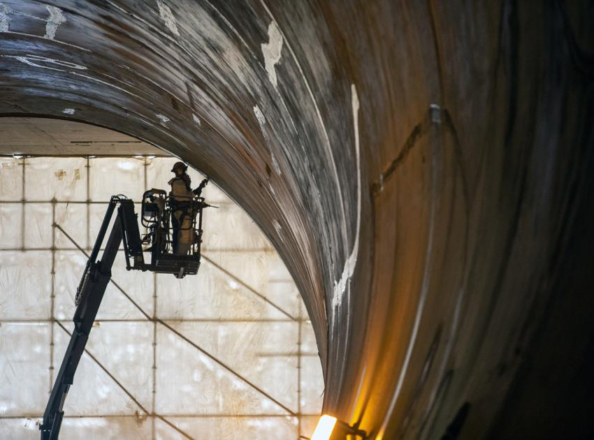 Finishing work on the concrete liner of the diversion tunnel. (July 2020)