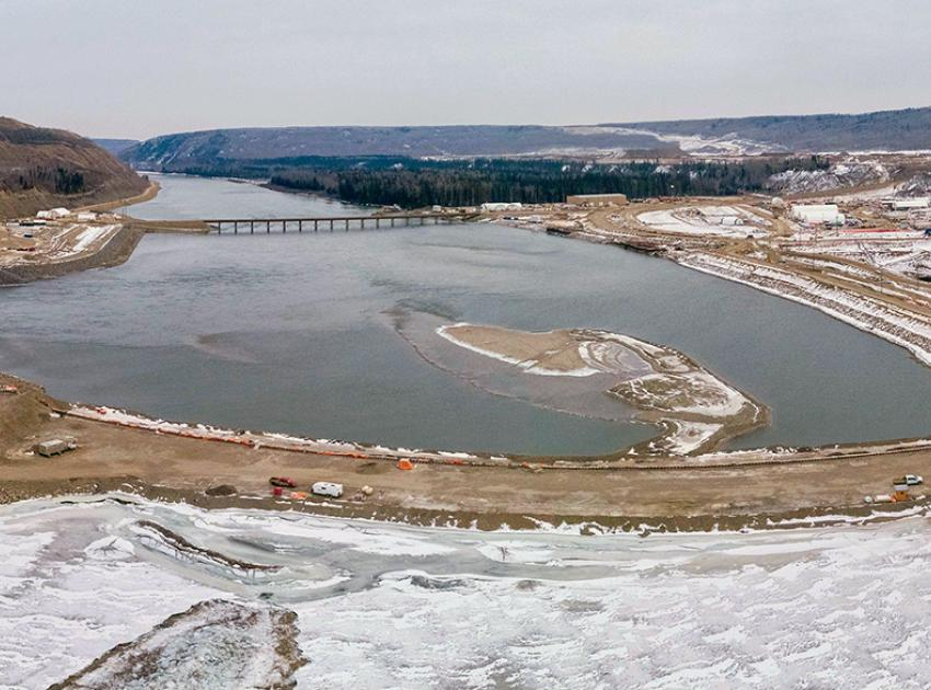 An aerial view of the downstream coffer dam. Both the upstream and downstream cofferdams have been installed across the river and interlocking steel pile walls have been completed. (January 2021)