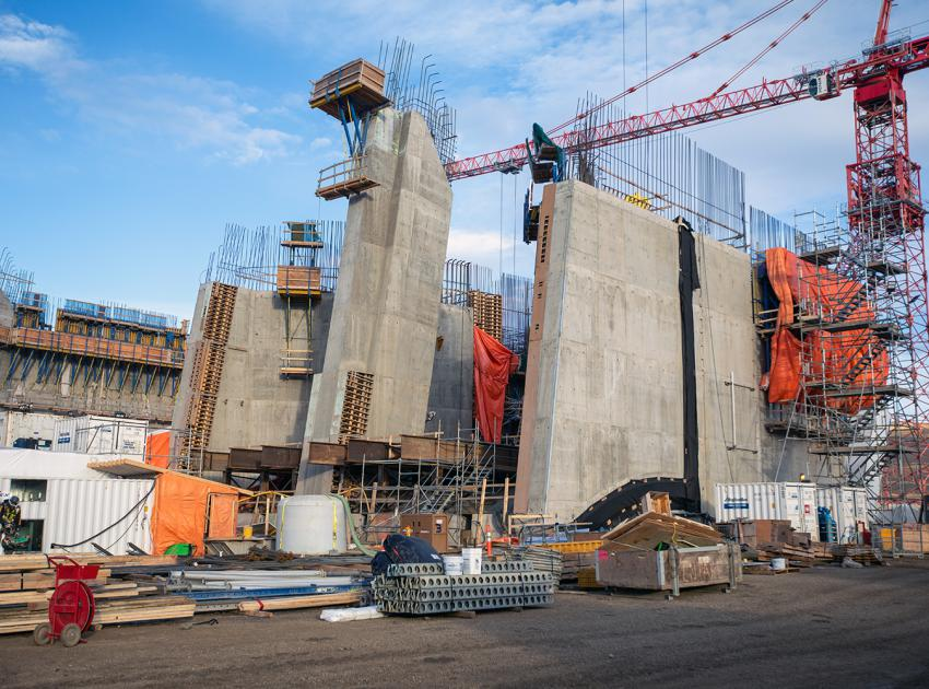 Construction of the intake gate of penstock unit 3. (November 2019)