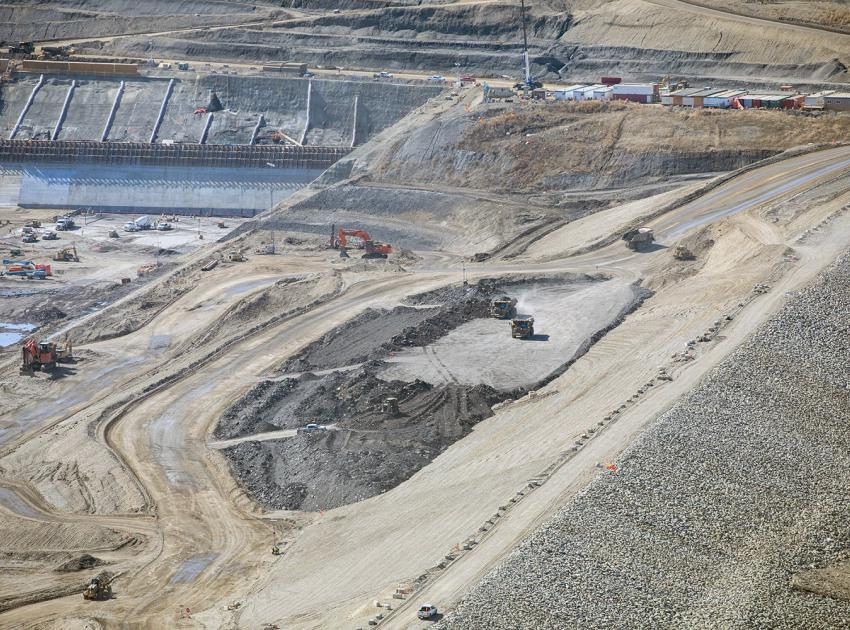 Close up of materials being placed between the upstream cofferdam and the future earthfill dam. (April 2021)
