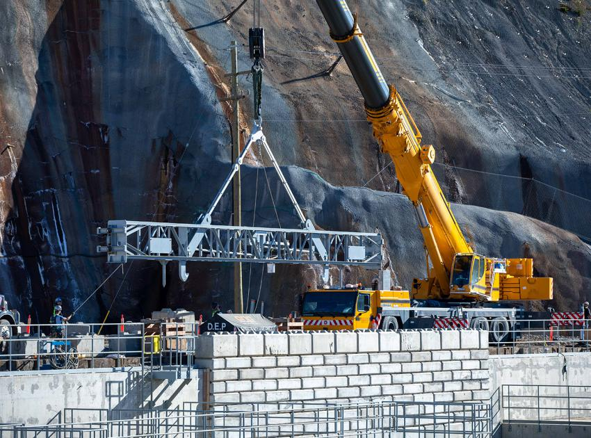 Positioning stoplog lifting beam into position to remove a stoplog segment from the diversion tunnel 2 outlet following leakage testing. (September 2020)