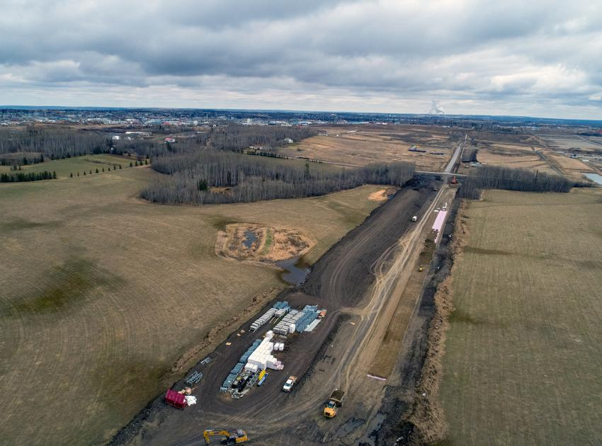 A five-kilometre-long conveyor system will carry glacial till from the 85th Ave. Industrial Lands to the dam site.  This impervious material is used to build the core of the earthfill dam, thanks to its quality, suitability and proximity. (Spring 2019)
