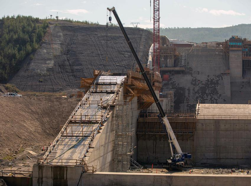 Formwork installation on the eastern spillway wall. (August 2021)