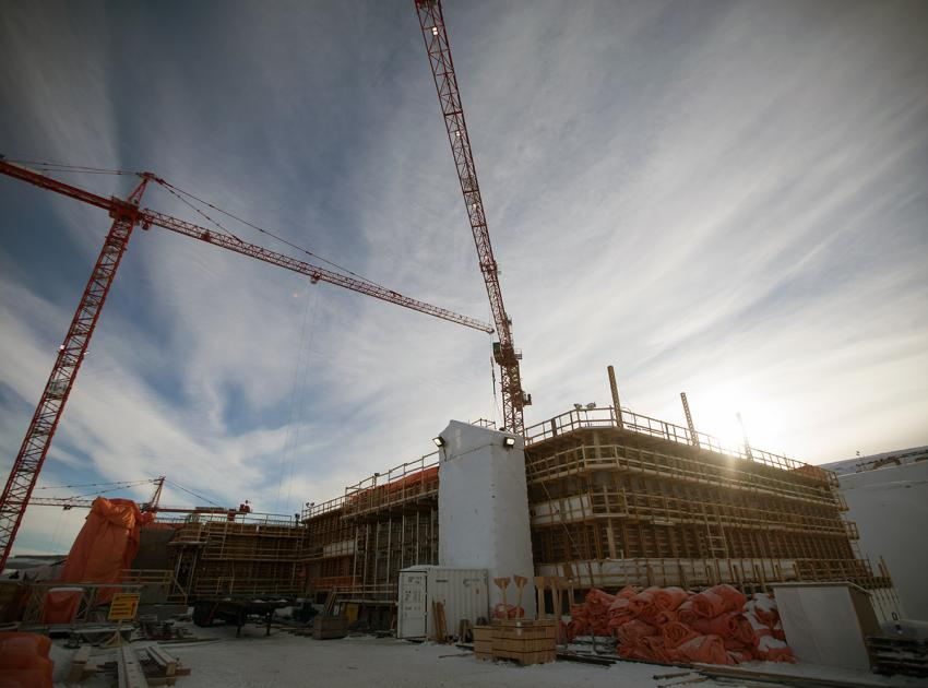 Tower cranes in the powerhouse area lift a variety of materials, such as machinery, parts to be placed in concrete, and steel reinforcement. (January 2019)