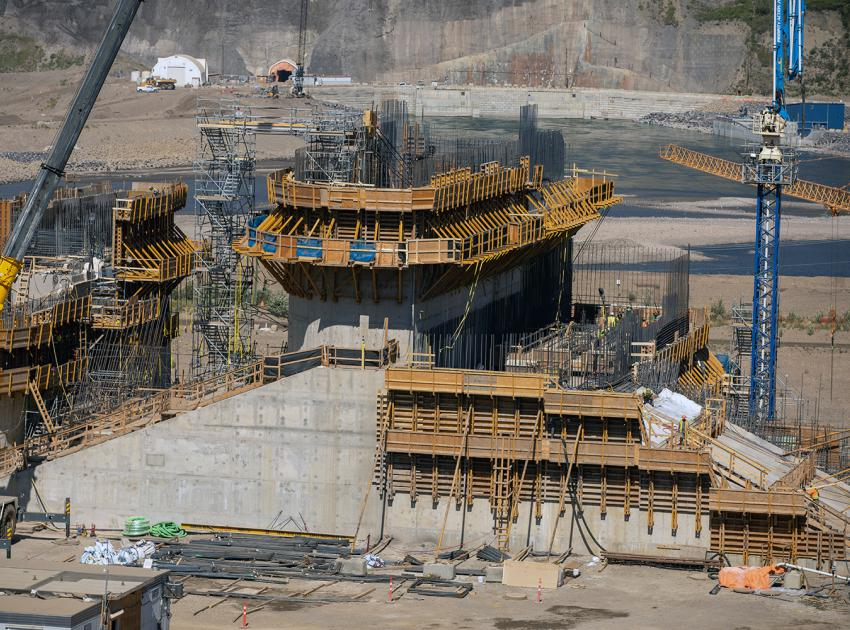 Construction is ongoing on the spillway headworks centre pier at bay 2 and 3. (August 2021)