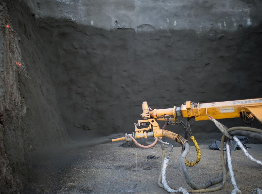 Shotcrete application at the drainage tunnel on the south bank. (December 2016)
